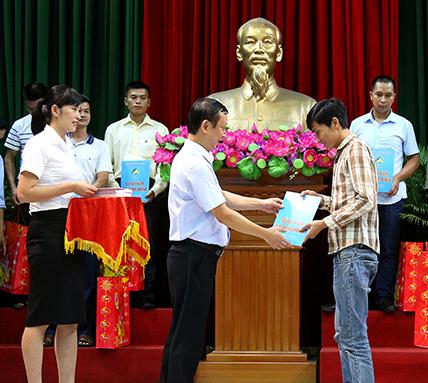 Lãnh đạo Công ty Than Nam Mẫu tặng sổ tiết kiệm cho CNLĐ có hoàn cảnh khó khăn.