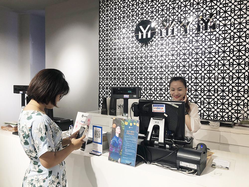Người dân thanh toán bằng mã QR (QR Pay) trên ứng dụng mobile banking.