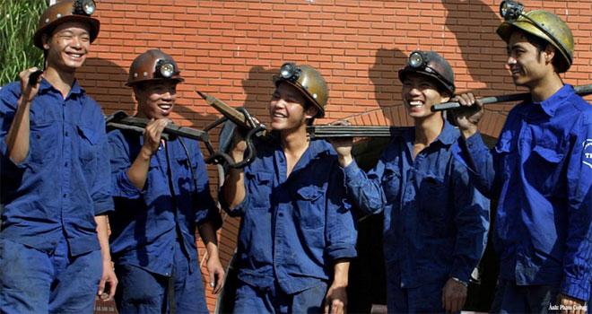 Niềm vui của công nhân mỏ than trước khi vào ca sản xuất.