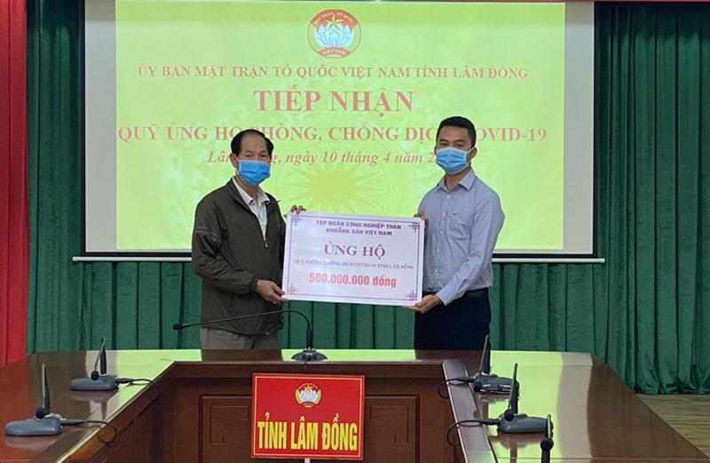 Đại diện Tập đoàn Công nghiệp Than - Khoáng sản Việt Nam trao biểu trưng số tiền 500 triệu đồng cho Quỹ phòng chống dịch Covid-19 tỉnh Lâm Đồng
