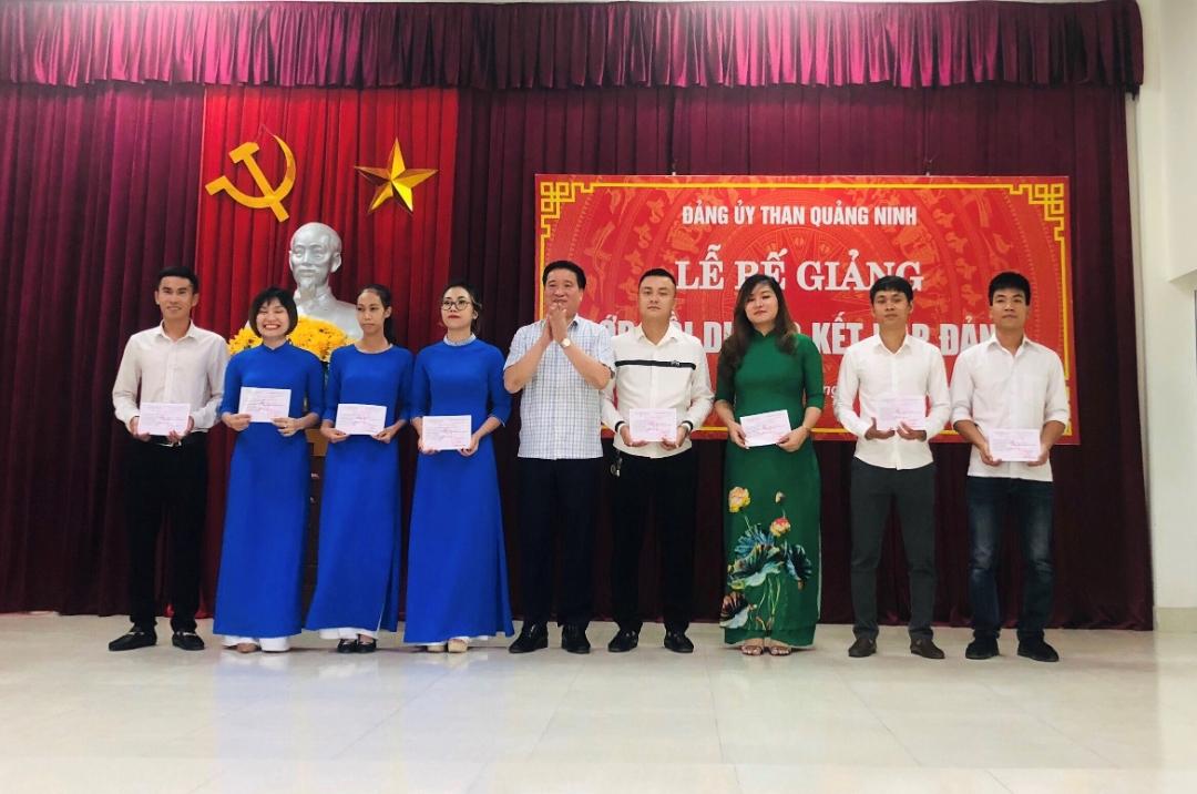 Lễ bế giảng lớp bồi dưỡng kết nạp Đảng năm 2020