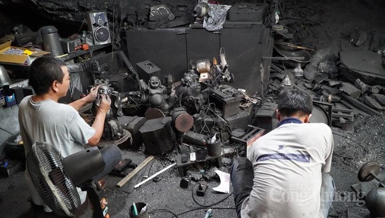 Khu xưởng rộng chừng 30m2 bao phủ bởi bụi than, chỉ có vợ chồng anh Quyết và một người thợ đang cần mẫn làm việc