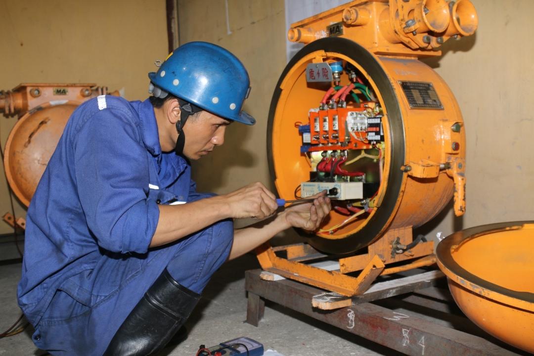 Công ty Than Mạo Khê đang tổ chức ôn luyện lý thuyết và thực hành cho các thí sinh chuẩn bị tham gia Hội thi thợ giỏi cấp Tập đoàn. Ảnh chụp thí sinh thi thực hành kỹ thuật cơ điện mỏ hầm lò.