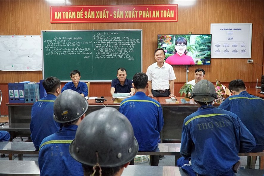 Công đoàn Công ty CP Than Vàng Danh - TKV động viên người lao động tích cực tham gia sản xuất, gắn với đảm bảo công tác an toàn lao động.