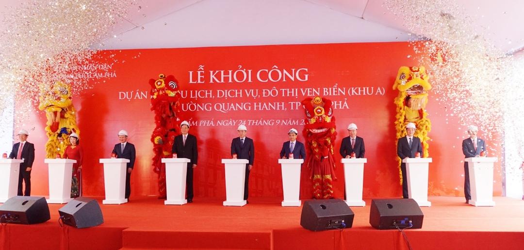 Các đại biểu nhấn nút khởi công dự án.