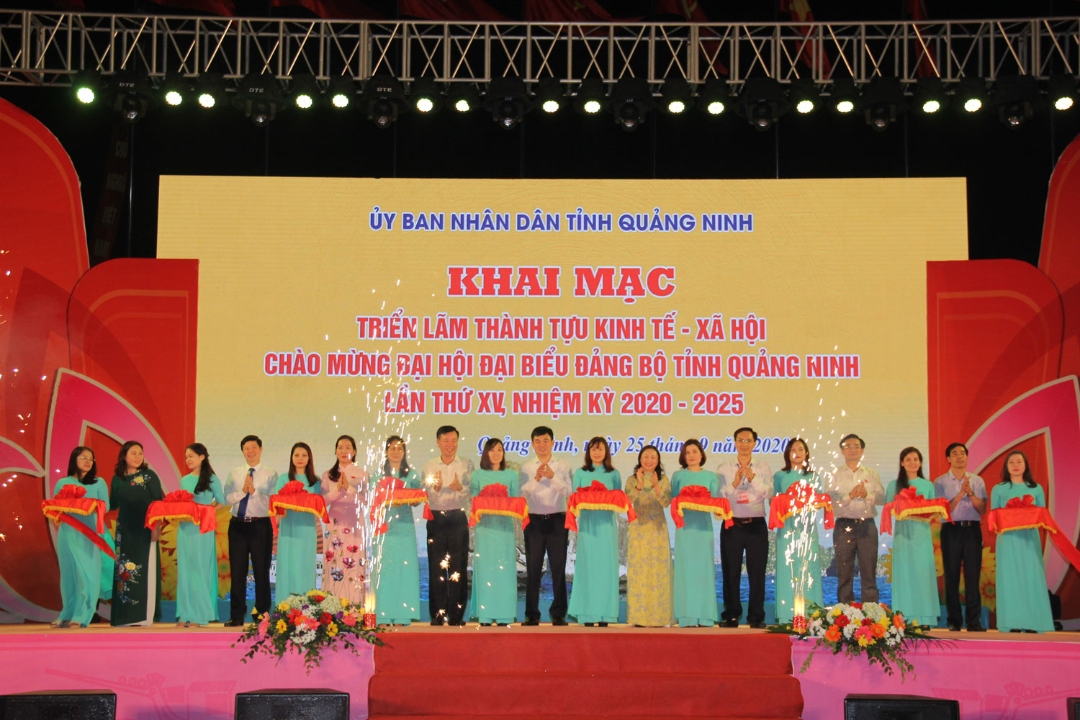 Lãnh đạo tỉnh Quảng Ninh và các đại biểu cắt băng khai mạc triển lãm