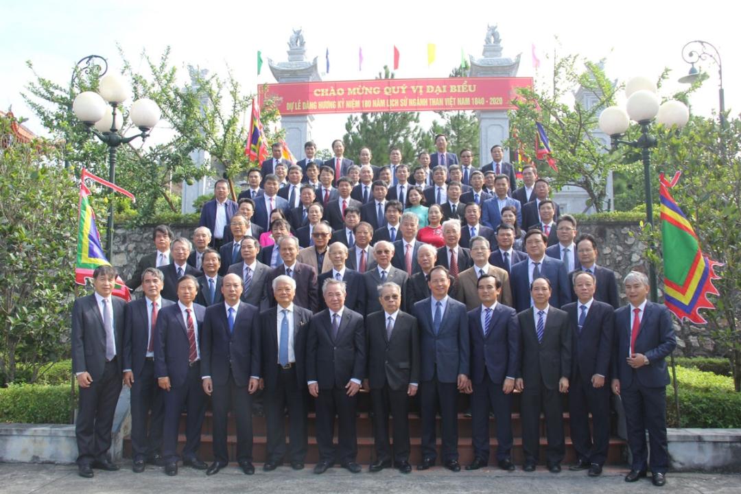Lãnh đạo Tập đoàn và các đại biểu chụp ảnh lưu niệm tại Khu Di tích lịch sử địa điểm khai thác than đầu tiên của Việt Nam