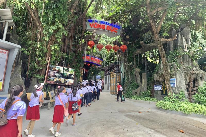 Học sinh Trường Tiểu học Trần Hưng Đạo, phường Cửa Ông, tham quan Khu di tích lịch sử và danh thắng Vũng Đục.