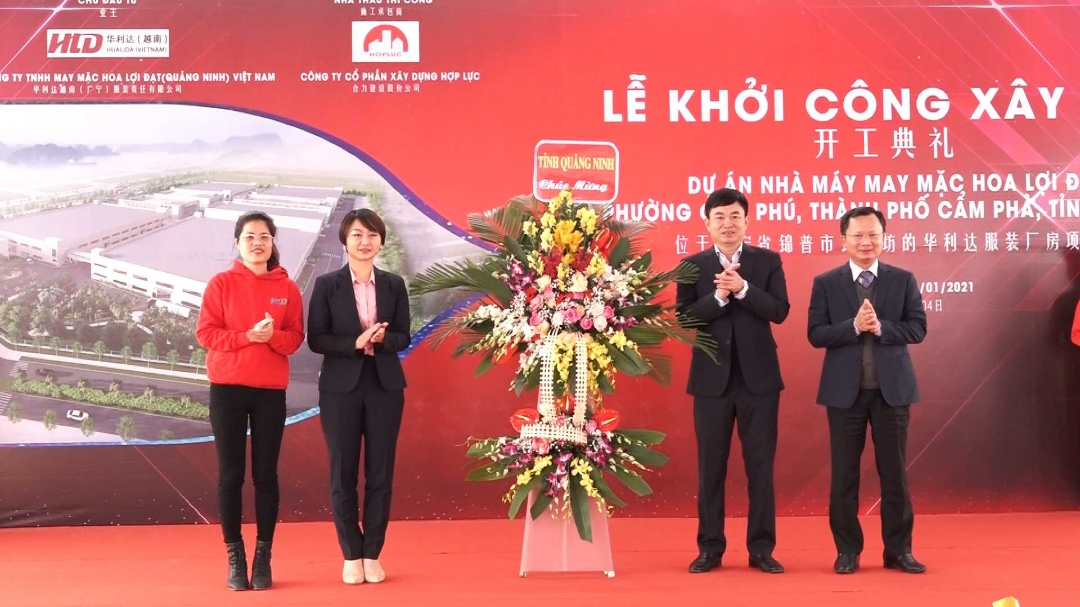 Các đồng chí lãnh đạo Tỉnh tặng hoa chúc mừng Công ty may mặc Hoa Lợi Đạt