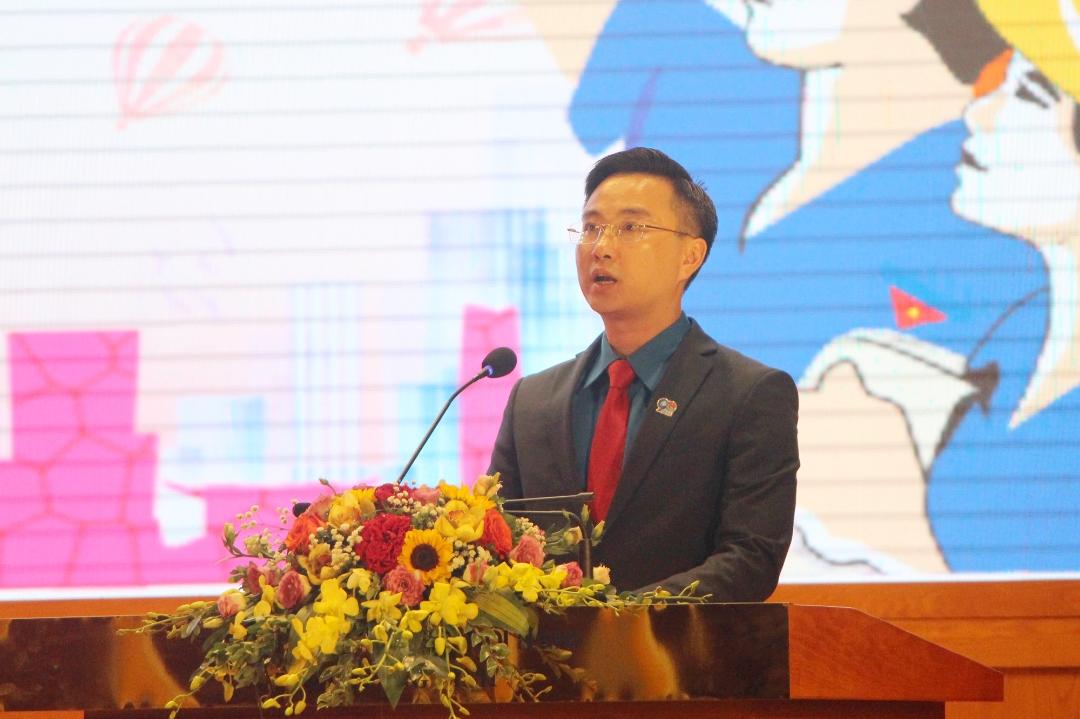Đồng chí Hoàng Văn Hải - Bí thư Tỉnh đoàn Quảng Ninh phát biểu ôn lại truyền thống 90 năm Đoàn TNCS Hồ Chí Minh.