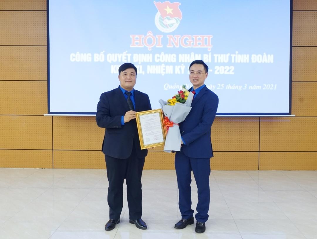 Đại diện Ban chấp hành Trung ương Đoàn trao quyết định công nhận của Ban Bí thư Trung ương Đoàn cho đồng chí Hoàng Văn Hải.