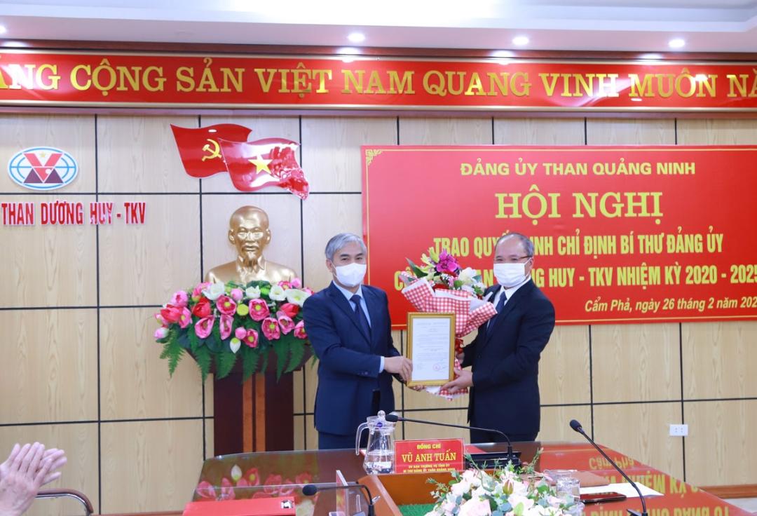 Đồng chí Vũ Anh Tuấn - Bí thư Đảng ủy Than Quảng Ninh, Phó Tổng Giám đốc TKV trao quyết định chỉ định Bí thư Đảng ủy Công ty Than Dương Huy - TKV