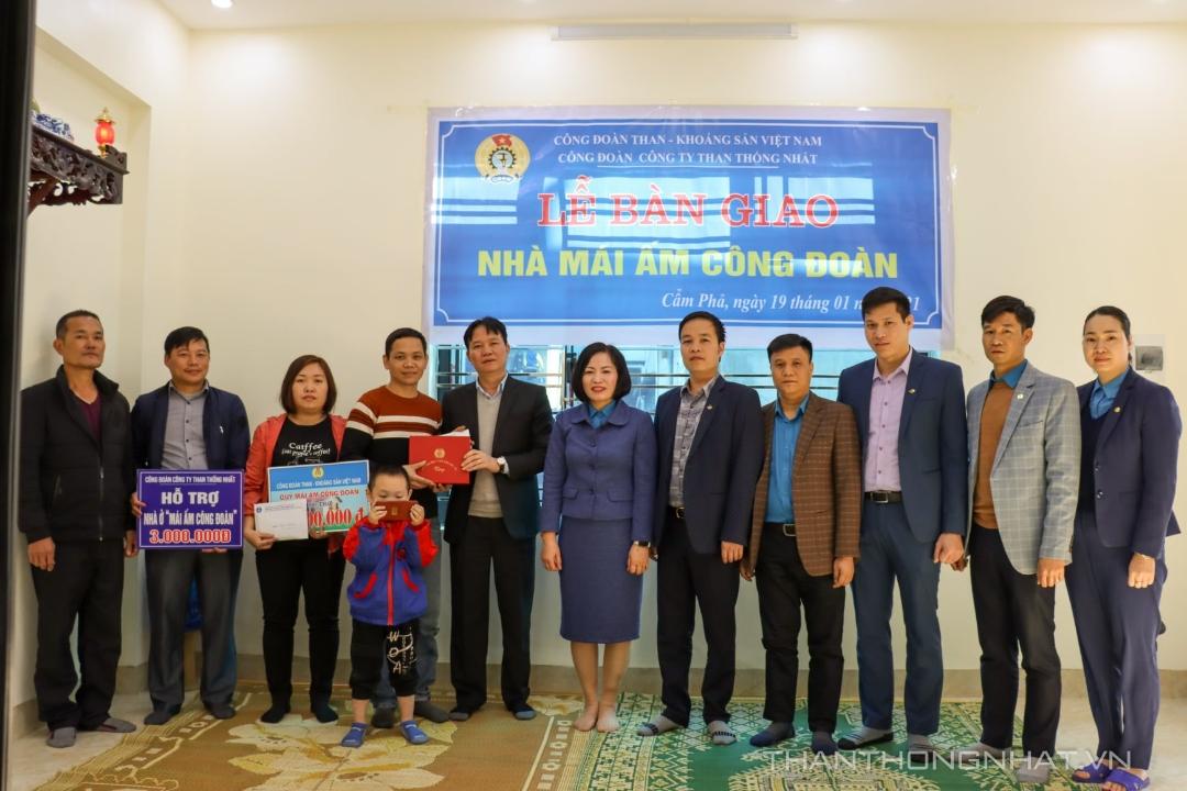 """Gia đình công nhân Nguyễn Nguyên Giáp - Phân xưởng Đào lò 2 được hỗ trợ kinh phí xây dựng nhà """"Mái ấm Công đoàn"""" năm 2020."""