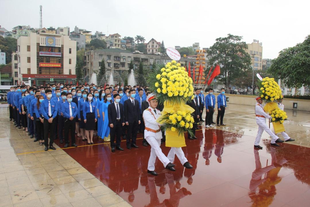 Đoàn đại biểu do đồng chí Vũ Hồng Hậu - Uỷ viên BCH Trung ương Đoàn, Bí thư Đoàn TQN làm Trưởng đoàn đã dâng hoa, dâng hương tưởng nhớ công ơn của các anh hùng liệt sỹ