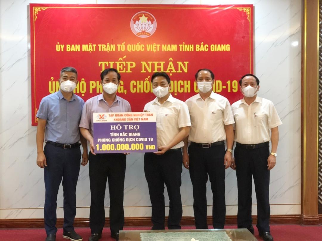 Thừa ủy quyền của Tổng Giám đốc Tập đoàn, lãnh đạo Tổng công ty Điện lực trao số tiền 1 tỷ đồng của TKV hỗ trợ tỉnh Bắc Giang trong công tác phòng chống dịch Covid-19