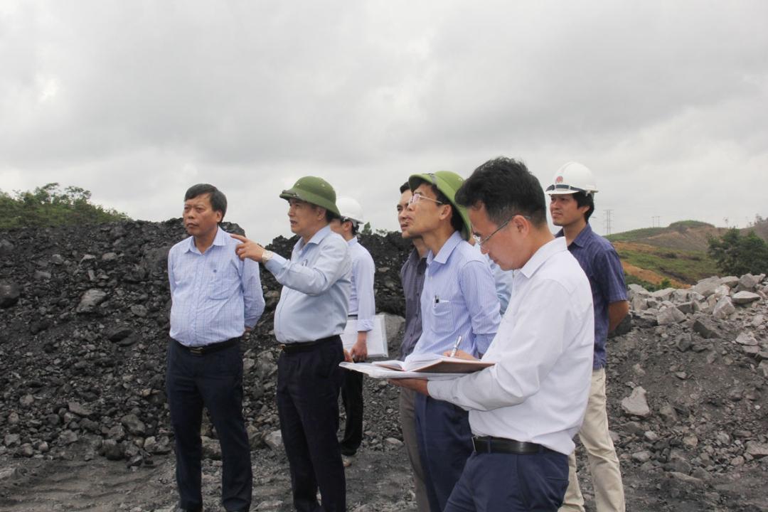Vừa qua, Phó Tổng Giám đốc Tập đoàn Vũ Anh Tuấn đã đi kiểm tra công tác an toàn môi trường và phòng chống mưa bão vùng Cẩm Phả. Cùng đi có Ban MT, KCM và Công ty TNHH 1TV Môi trường - TKV.