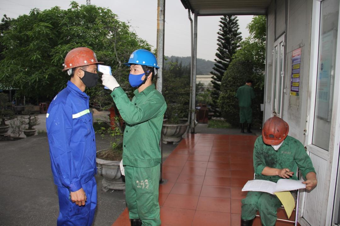 Tăng cường thực hiện kiểm tra y tế và ghi sổ theo dõi trước khi vào ca sản xuất