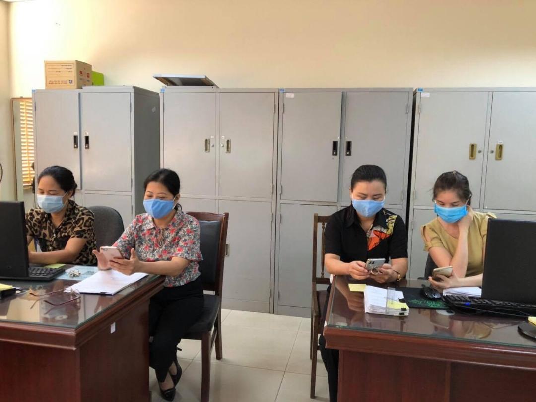 Cán bộ đoàn viên Công đoàn Phòng KTTC nhắn tin để đóng góp cho Quỹ vắc xin phòng Covid-19 Việt Nam.