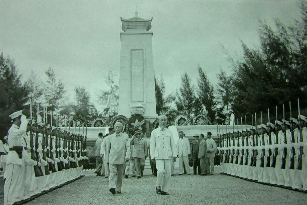 Ngày 2/9/1955, Bác Hồ cùng các đồng chí lãnh đạo Đảng, Nhà nước tới đặt vòng hoa viếng các liệt sĩ tại Nghĩa trang Mai Dịch, Hà Nội.